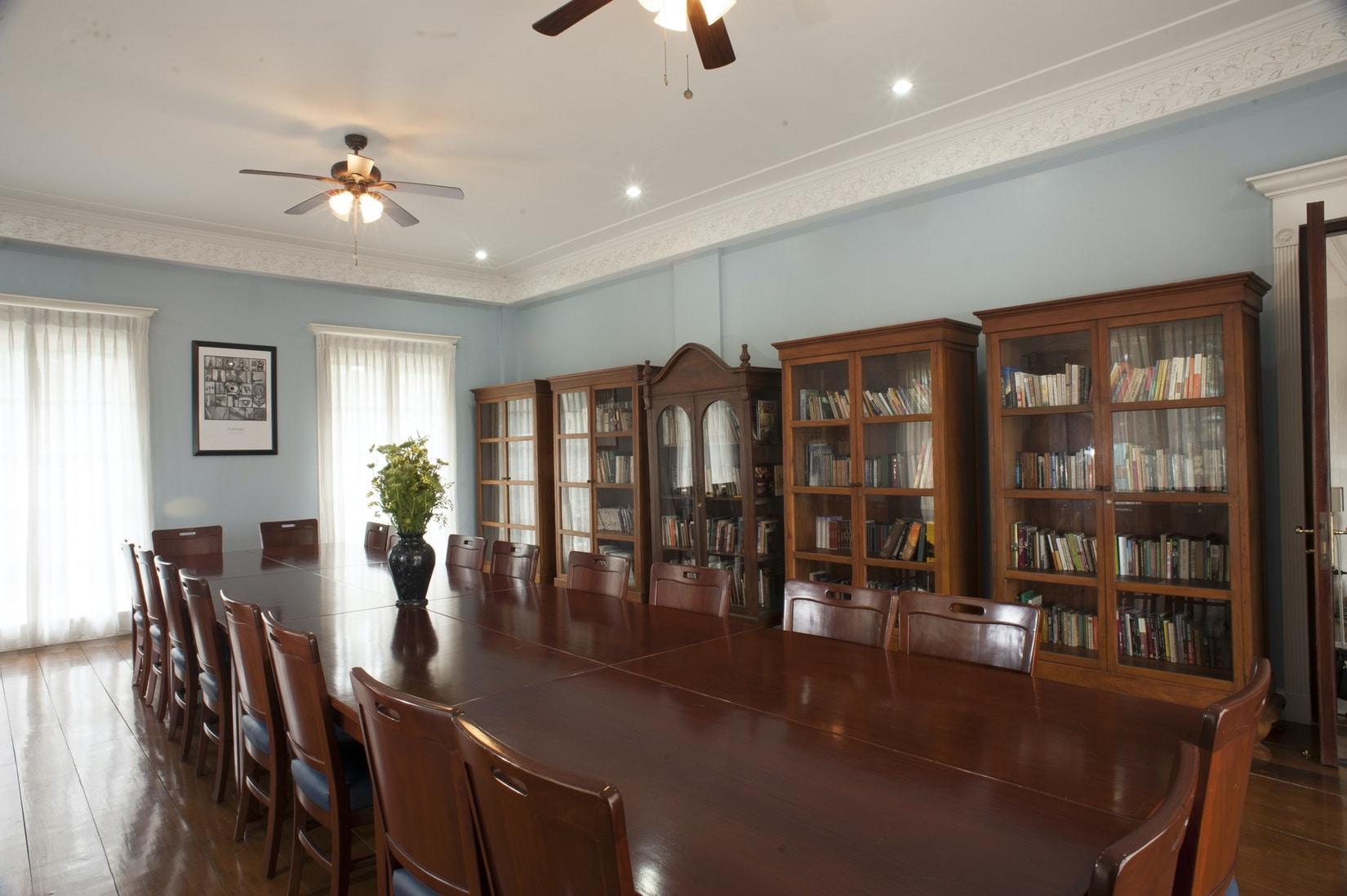 Library Frangeli House Baguio 0